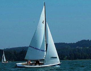 Erkunden Sie den Mattsee vom Segelboot aus: Bereits am ersten Kurstag dürfen Sie die Theorie des Segelns in die Praxis umsetzen! © Steiner Nautic