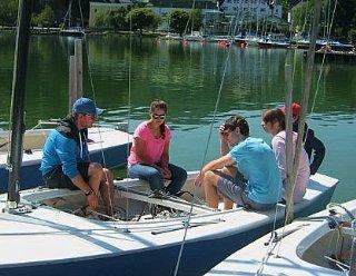 Gemeinsam mit anderen KursteilnehmerInnen lernen Sie die Grundbegriffe rund ums Segeln und Ihr Segelboot © Steiner Nautic