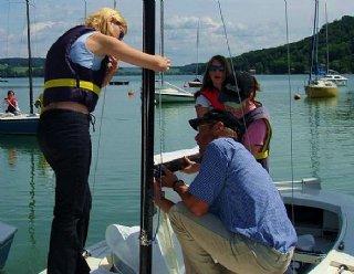 Innerhalb von 4 Tagen erfahren Sie von routinierten SegellehrerInnen die Grundbegriffe des Segelns © Steiner Nautic
