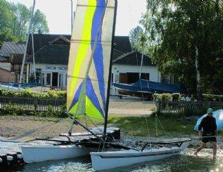 Probieren Sie's einfach aus: Ein kundiger Segel-Instruktor der Segelschule Mattsee zeigt Ihnen, wie man am Kat fachkundig segelt © Steiner Nautic