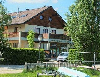 Links vom Bootshaus befindet sich das Haupthaus der Firma Steiner Nautic © Steiner Nautic