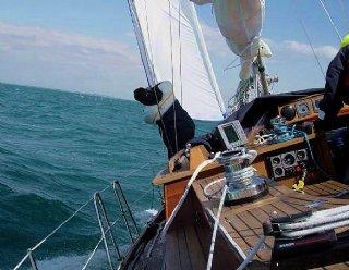 Skipper zu sein erfordert viel Praxis am Segelboot und Verantwortung – lassen Sie es sich von einem routinierten Skipper zeigen! © Steiner Nautic