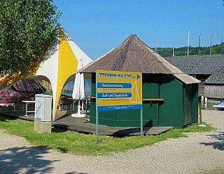 Den schnellen Hunger oder Durst können Sie direkt am Kiosk vor dem Bootshaus der Surf- und Segelschule stillen! © Steiner Nautic