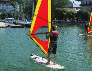 Nehmen Sie an den Windsurfkursen der Surfschule Mattsee teil! © Steiner Nautic