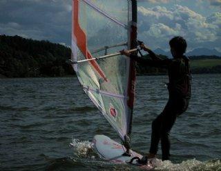 Vom/von der AnfängerIn zum Surf-Profi: Entdecken Sie Ihre Leidenschaft für den Surfsport in den Surf-Grundkursen am Mattsee © Steiner Nautic