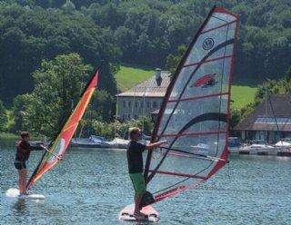 Unsere SurflehrerInnen helfen Ihnen dabei, sicher mit dem Surfboard ans Ufer zurückzukehren © Steiner Nautic