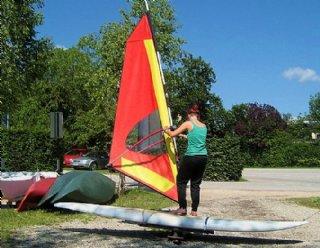 """Vor dem Bootshaus üben Sie """"am Trockenen"""", wie Sie das Board in die von Ihnen gewünschte Richtung bewegen können © Steiner Nautic"""