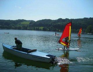 Während Ihres Surfkurses begleitet Sie ständig Ihr Surflehrer, entweder mit einem Eboot oder am eigenen Surfboard © Steiner Nautic
