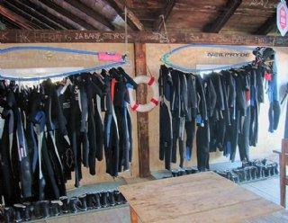 Für jede/n SurfschülerIn ist das passende Material vorhanden: Surfbretter, Riggs unterschiedlicher Größen und Neoprenanzüge, -schuhe in allen Größen © Steiner Nautic