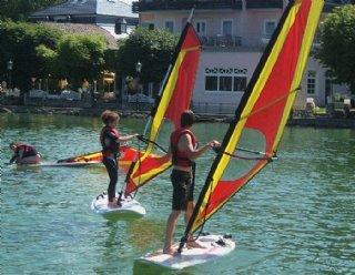 Zusammen mit SchulkollegInnen und FreundInnen macht Windsurfen doppelt so viel Spaß! © Steiner Nautic