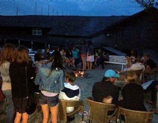 Grillabende vor dem Bootshaus sind an lauen Sommerabenden eine schöne Abwechslung zu den anstrengenden Sportkursen © Steiner Nautic