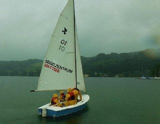 Auch bei Regenwetter macht das Segeln am Mattsee Spaß, da alle Jugendlichen perfekt mit Ölzeug und Rettungswesten ausgerüstet sind! © Steiner Nautic
