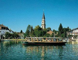 """5 Angebote und 1 Schiff: Das elektrische Rundfahrtschiff """"Seenland"""" befährt den Mattsee und Obertrumer See, als Linienschiff oder bei Sonderfahrten © Steiner Nautic"""