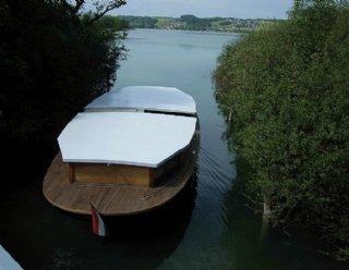 """Den Verbindungskanal zwischen Mattsee und Obertrumer See durchquert die """"Seenland"""" mit abgesenktem Dach: Köpfe einziehen! © Steiner Nautic"""