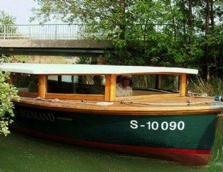 """Durch Absenken des Hubdaches kann die """"Seenland"""" den Kanal zwischen Mattsee und Obertrumer See durchqueren! © Steiner Nautic"""