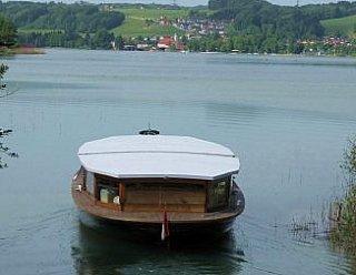 Durch das Absenken des Hubdaches kann der schmale Kanal zwischen Mattsee und Obertrumer See spielend durchfahren werden! © Steiner Nautic