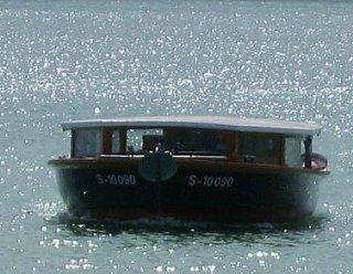 """Der Kapitän, sein Schiffsjunge und die Schifffahrtsverwaltung Steiner Nautic wünschen eine schöne Fahrt auf der """"Seenland""""! © Steiner Nautic"""