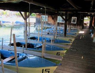 """Die Elektroboote des Typs """"Lisa 550"""" warten im Bootshaus auf Ihren Einsatz! © Steiner Nautic"""