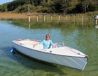 Ein besonderes Eboot: Ausgestattet mit Badeplattform, -leiter, Radio und Vorwärts- und Rückwärtsgang ist das weiße Elektroboot die Luxusvariante © Steiner Nautic