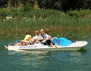 """Befahren Sie den Mattsee """"zu Fuß"""": Der Bootsvermietungs-Klassiker ist ideal für einen gemütlichen Badetag im Trumer Seenland. © Steiner Nautic"""