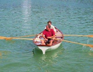 Die formschönen Ruderboote aus dem Bootsbau der Firma Steiner Nautic bestehen gänzlich aus Holz. © Steiner Nautic