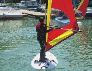 Mehr als 30 Surfboards und 40 Riggs stehen allen Surffans mit Kenntnissen in dem Wassersport zur Verfügung! © Steiner Nautic