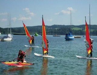 Die Campatmosphäre wird durch ein abwechslungsreiches Wassersportprogramm in der Segel- und Surfschule Mattsee abgerundet © Steiner Nautic