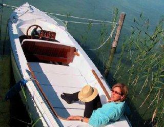 Elektroboot Lisa 550 mit Badeleiter und Liegefläche in der Bootsvermietung Mattsee © Steiner Nautic
