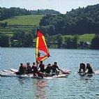 Der Kinder-Surfkurs kombiniert Unterricht mit viel Freude und Spaß am Mattsee © Steiner Nautic