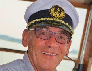 Schiffsführer Robert Wimmer erzählt während der Fahrt Wissenswertes über die Seen und die Landschaft © Steiner Nautic
