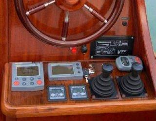 Steuerstand der Elektroluxusyacht Elena 900 © Steiner Nautic