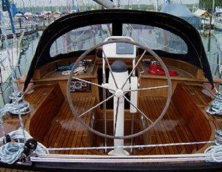 """Nutzen Sie die Gelegenheit und probieren Sie komplexe Segelmanöver selbst am Ruder der """"Miramar"""" aus! © Steiner Nautic"""