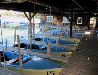 Die Elektroboote des Typs STEINER Lisa 550 warten im Bootshaus auf ihren Einsatz! © Steiner Nautic