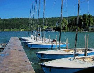 Die Kielzugvögel von Steiner Nautic stehen für alle SegelschülerInnen zum Segeln am Mattsee bereit © Steiner Nautic