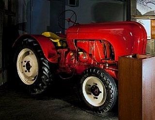 """Im """"Traktor-Stadl"""" der Ferdinand Porsche Erlebniswelten wird die Mechanisierung der Landwirtschaft anschaulich in Erinnerung gerufen © ebihara photography"""