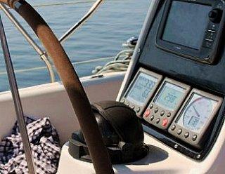 Genießen Sie die Freiheit am Meer, indem Sie Ihre Sicherheit und jene Ihrer Mitsegler gewährleisten. Besuchen Sie Funkkurse in der Segelschule Mattsee © Steiner Nautic