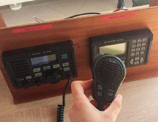Funkkurse bei Steiner Nautic - Sie üben an 4 DSC-Controllern das korrekte Übermitteln von Funksprüchen © Steiner Nautic