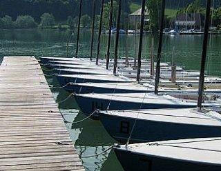 Durch die firmeneigene Bootswerft sind die Boote bei der Surf- und Segelschule Mattsee stets gut gewartet © Steiner Nautic
