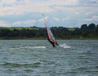 Gerade als Surf-AnfängerIn sind Sie im Windsurf-Grundkurs der Surfschule Mattsee gut aufgehoben © Steiner Nautic