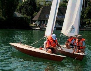 Kinder sind geschickte Segler: Die Segelschule Mattsee bietet deshalb spezielle Kinder-Segelkurse an. © Steiner Nautic